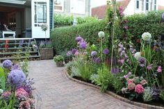Affordable And Effective Cottage Garden Designing Methods For Your Home Your home is your world, and much like the world around us, looks are important. Cottage Garden, Small Gardens, City Garden, Outdoor Gardens, Cottage Garden Plants, Garden Inspiration, Garden Borders, Garden Planning, Garden Landscaping