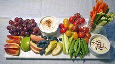 Benk deg foran TV-skjermen med sunn snacks av frukt og grønnsaker med dipp til. Til dippen har jeg brukt kesam som passer ypperlig både til å lage søt og salt dipp av.     Bruk gjerne frukt og grønt som er i sesong. Jeg har brukt blodappelsin, eller rød appelsin som det blir kalt, på dette snacksfatet.     Velg den frukten og de grønnsakene du liker aller best og dypp i vei foran TV-skjermen.