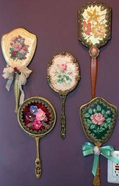 Stuff i like Antique Vanity, Vintage Mirrors, Vintage Vanity, Shabby Vintage, Antique Gold, Craft Projects, Projects To Try, Mirror Makeover, Dresser Sets