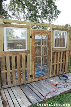 Pallet shed with pallets, old windows and tin cans - pallet garden . - Pallet shed with pallets, old windows and tin cans – pallet garden shed potting old window cans, - Used Pallets, Recycled Pallets, Wooden Pallets, 1001 Pallets, Shed From Pallets, Pallet Building, Building A Shed, Building Plans, Building With Pallets