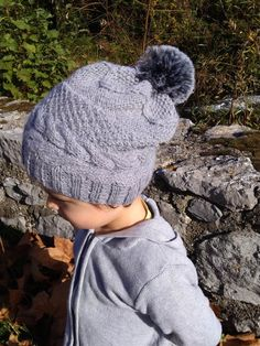 Bonnet gris avec torsades tricoté main pour enfant de 5 6 ans - automne  b464c397a8a