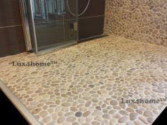 Otoczaki na siatce. Beżowe otoczaki w prysznicu. Prysznic z otoczaków Maluku Tan 30x30 Lux4home™ - idealne zazębianie się plastrów...