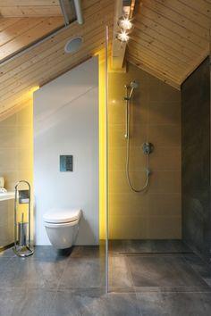 Stefa kąpielowa w łazience przy sypiali ma charakter otwarty, można tutaj wziąć szybki niczym nie skrępowany prysznic. Projekt: Tomasz Motylewski,  Marek Bernatowicz. Fot. Bartosz Jarosz. Bathroom Lighting, Bathtub, Mirror, Furniture, Design, Home Decor, Granite Counters, Bathroom Light Fittings, Standing Bath