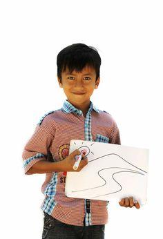 """Dit is Sudiro Junianto, 11 jaar, uit Indonesië. """"Ik houd van mijn tekening en van onze klok!"""" Waar wordt jouw kind blij van? Ga naar www.deweekvanhetkind.nl en doe mee!"""