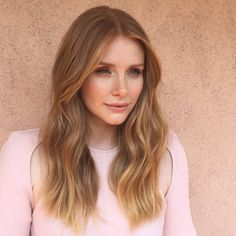 This shade of mid-to-light blonde shade is characterised by its rose or copper undertones, which add warmth and depth to the hair strands. A more subtle version of the classic strawberry blonde shade, it's universally flattering to any skin tone. Brown Blonde Hair, Light Brown Hair, Red Hair, Light Blonde, Blonde Pink, Blonde Brunette, Black Hair, Best Hairdresser, Bryce Dallas Howard