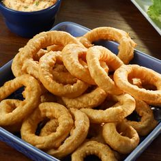Mom's Onion Rings recipe from Valerie's Home Cooking via Food Network Beer Battered Onion Rings, Baked Onion Rings, Onion Rings Recipe, Valerie's Home Cooking Recipes, Cooking Food, Bloomin Onion, Baked Onions, Lamb Burgers, Best Food Ever