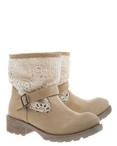 Beige boots med virkat skaft.Innersula i skinn.