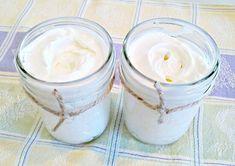 Maak hydraterende body butter.  Dit heb je nodig:-lege potjes met deksel-1 kop shea butter-1/2 kop kokosnootolie-1/2 kop amandelolie (olijfolie of jojoba olie kan ook)  - evt.Etherische oblieën voor de geur.  Zo maak je het:  1.Smelt shea butter en kokosolie en laat het 30 min.Afkoelen.2.roer de etherische oblieën ca.25 druppen ( afhankelijk van je eigen smaak) en de amandel olie er doorheen.3.Wacht tot olieen beginnen te stollen en roer dan het mengsel toteen boter achtige…