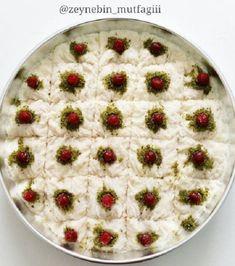 Ramazan Ayı'nda iftar sofralarımızda olmazsa olmazlardandır güllaç tarifi. Biz de bugün sizler için tüm ayrıntıları ile güllaç nasıl yapılır, püf noktaları nelerdir bunları anlatt� Iftar, Ramadan, Cupcake Recipes, Cupcake Cakes, Wie Macht Man, Food Presentation, Sweet Tooth, Turkey, Cooking Recipes