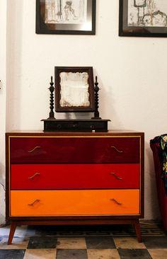 Cômoda original dos anos 50, restaurada com acabamento em formica nas gavetas.