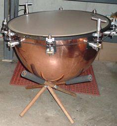 MusicArt TIMBAL DE CONCIERTO.  Membranófono de sonoridad grave. Especie de tambor, provisto de una membrana y de un resonador de media esfera. Se percuten los parches con unas baquetas.