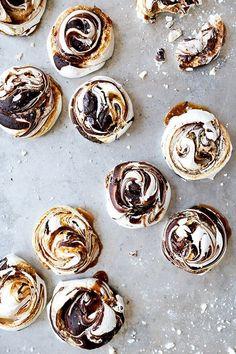 Chocolade en salted karamel swirled meringues // via Floating Kitchen