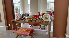 Mesa de doces com luminárias japonesas e maças verdes