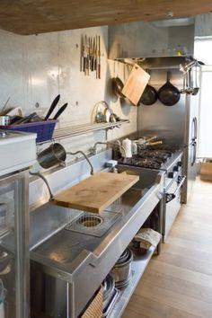 地下にワインセラーを新築なのに味がある温もりのコンクリート住宅 | 100%LiFE Dirty Kitchen, Ranch Kitchen, Prep Kitchen, Kitchen Dining, Kitchen Decor, Kitchen Furniture, Kitchen Interior, Kitchen Workshop, Pizza House