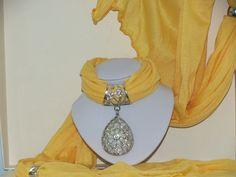 Foulard jaune avec bijoux goutte ajouré : Echarpe, foulard, cravate par pawscrea