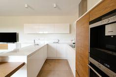 Modern white and wooden kitchen Wooden Kitchen, Kitchen Cabinets, Modern, Beautiful, Home Decor, Timber Kitchen, Trendy Tree, Decoration Home, Room Decor