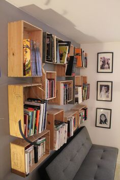 Bibliothèque caisse de vin, efficace et pas cher!  Now I know what to do with my wine cases!