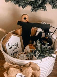 Homemade Gift Baskets, Housewarming Gift Baskets, Diy Gift Baskets, Homemade Gifts, Simple Gifts, Easy Gifts, Diy Cadeau, Themed Gift Baskets, Work Gifts
