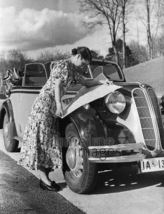 Autofahrerin mit Straßenkarte, 1938. Bei einer Ausflugsfahrt im Frühling ist eine Frau im Sommerkleid aus ihrem BMW gestiegen und informiert sich auf einer Straßenkarte über ihren Weg. Timeline Classics/Timeline Images #30er #1930er #Ausflug #Straßenkarte #Landkarte #Sommerkleid #Oldtimer Vintage Cars, Vintage Photos, Antique Cars, Bmw Girl, Bmw Classic Cars, Motor Car, Auto Motor, Small Cars, Old Pictures