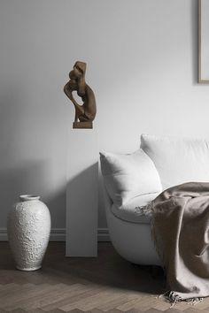 Sculpture on pedestal | Claes Juhlin