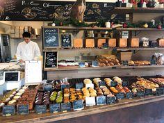パンの配置が少し変わりました(2018.12.20) Pastry Shop Interior, Bakery Interior, Bread Display, Bakery Display, Momo Cafe, Rustic Coffee Shop, Bakery Shop Design, Food Business Ideas, Bread Shop