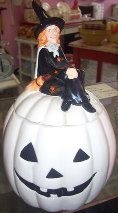 quenalbertini: Jazz'e Junque Vintage Jack O Lantern Cookie Jar Antique Cookie Jars, Halloween Dishes, Vintage Cookies, Pumpkin Cookies, Vintage Campers, Ceramic Decor, Candy Jars, Kitchen Items, Primitives