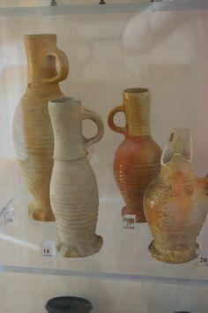 verschiedene Henkelbecher aus Waldenburger Steinzeug 15. Jh, Museum Stralsund