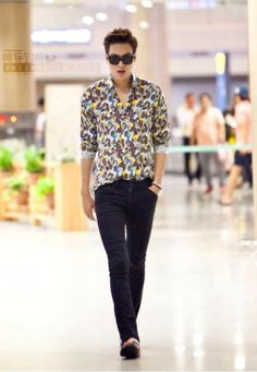 Lee Min Ho, looks like an ordinary guy without anybody around him. Howwever, still a star style.