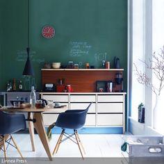"""Grüne Tafelfarbe an der Wand ist im Vergleich zu schwarzer Tafelfarbe lebendiger und passt sehr gut zum Retro-Stil, die hier durch """"Eames Armchairs"""" und das Teakholz…"""