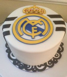 Queques                                                                                                                                                     Más Real Madrid Logo, Real Madrid Shirt, Real Madrid Soccer, Tarta Real Madrid, Real Madrid Cake, Jake Cake, Soccer Cake, Occasion Cakes, Soccer Birthday Parties