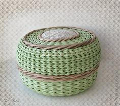 Workshop on weaving from newspapers: Bag paper Newspaper Basket, Newspaper Crafts, Paper Weaving, Weaving Art, Willow Weaving, Basket Weaving, Paper Shaper, Braids With Weave, Tile Patterns