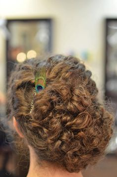 Beautiful naturally curly wedding hair! Peacock Hair Comb, only $17 on Etsy (store: ThePeacockBooth)
