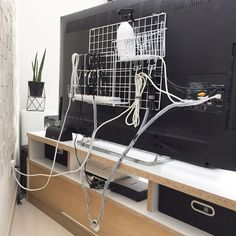 You can make a sophisticated room with just 100 uniform goods! Cord Organization, Home Organization Hacks, Organizing Your Home, Tv Cords, Hide Cables, Hide Cable Box, Home Office Setup, Game Room Design, Ideias Diy