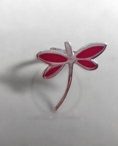 Anillo de Plata 925 y Resina.  Diseño: Libélula con resina roja.  Ajustable