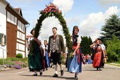 Festumzug in Breitenthal anlässlich des 130-jährigen Gründungsfestes bei strahlendem Sonnenschein.