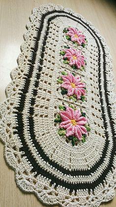 Lovely striped blanket with white between - DiyForYou Diy Crafts Crochet, Crochet Home, Crochet Projects, Crochet Doily Patterns, Crochet Doilies, Rainbow Crochet, Crochet Table Runner, Diy Bow, Filet Crochet