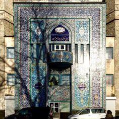#mosque #moske #oslo #architecturelovers #architecture #arkitektur #design #building #wallart #veggkunst #bluemosque #grønland #mittoslo #utpåtur #blue #tiles #tileaddiction #brokenshadows #visitoslo #visitnorway #oslove #culture #religion #beautiful by lipsinken