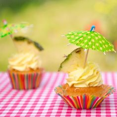 Let's get the party started met deze zomerse piña colada cupcakes!