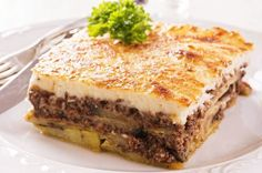 Moussaka recipe (Traditional Greek Moussaka with Eggplants) Imagine layers of juicy minced beef, sweet eggplants, and creamy béchamel sauce baked to perfection! This is greek Moussaka! Re-discover this truly authentic dish here. Traditional Greek Moussaka Recipe, Moussaka Recipe Greek, Traditional Greek Food, Good Food, Yummy Food, Greek Dishes, Mediterranean Recipes, Mediterranean Style, Greek Recipes