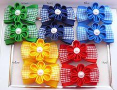 Este listado está para 2 pinzas de pelo KANZASHI hecho a mano. Un magnífico par de flores hechas a mano con adornos de perlas. Las flores ellos mismos, de cinta del grosgrain, miden aprox. 3,5 cm (1-1/2 ), decorado con cinta de grosgrain y moña de color a juego. 5 colores a elegir.