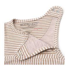 Υπνόσακος Go Go Bag της Merino Kids από 100% φυσικά υλικά (μαλλί μερινό και οργανικό βαμβάκι). Χρώμα Honey Oat. Λεπτομέρεια - το μπροστά πάνω μέρος και το άνοιγμα στον ώμο με κλιπς.