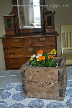 Vanha puulaatikko.  Sonnihaan keltainen tupa Home, Ad Home, Homes, Haus, Houses
