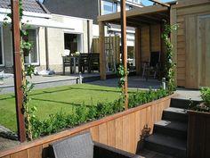 - Tuin aan het water met hoogteverschillen - Met veranda incl. schuur - Op speelse manier omgegaan met de ruimte