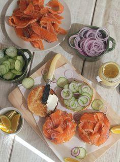 A receita de salmão gravlax, que é o salmão curado em sal e ervas, é fácil. Fica parecido com salmão defumado, mas com gostinho de endro. Uma delícia!