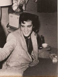 Elvis Presley, handsome and smiling Elvis Presley Videos, Elvis Presley Images, Rock And Roll, Rock N Roll Music, Elvis And Priscilla, Lisa Marie Presley, Elvis Presley Wallpaper, King Creole, Young Elvis