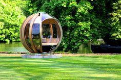 John Lewis creëerde deze onconventionele glazen bol: vergaderlocatie? hangplek? theehuis? spelletjeshonk of knutselhuis? Draai de bol naar de meest gunstige hoek voor wind en zon en het feest kan beginnen. Als het regent doe je de schuifdeuren dicht. En aan het eind van de dag zet je de tafel een tandje lager en heb je een royaal bed.