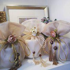 Saquinhos para papel higiênico! Deixar sempre de reserva no lavabo é sempre bom além de deixar o ambiente mais organizado e bonito ❤ #protetorpapel #portapapel #lavabo #decoração