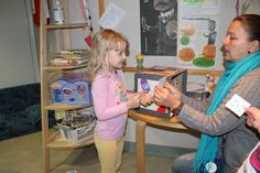 Lapset hakevat Taikalaatikosta helpon laskutehtävän tai lapun, jossa on luku ilmaistuna nopan silmäluvuin. Seinille on kiinnitetty numeroita. Lasten tehtävänä on hakea seinältä nopan silmälukua tai laskutehtävän tulosta vastaava luku. Lapset tuovat tuloksen Taikalaatikolle tarkistettavaksi ja saavat uuden tehtävän. Opetusjärjestelyt Taikalaatikko … Lue loppuun →