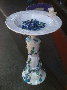 (Picture Only - For Inspiration) Birdbath from recycled materials By Susan Scovil, Portland, OR Glass Bird Bath, Diy Bird Bath, Glass Birds, Garden Whimsy, Garden Deco, Flower Plates, Glass Flowers, Glass Garden Art, Glass Art