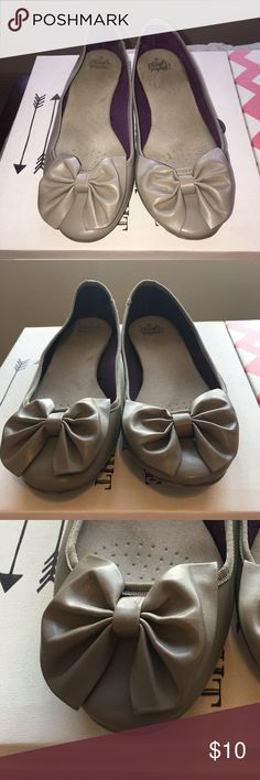 Bow Flats Tan Plus Size 10 🎀🎀 I LIKE BIG BOWS AND I CANNOT LIE 🎀🎀 I've worn these about a dozen times. Still have a lot of wear left. They are technically not wide shoes but I have wide feet and they fit great. Size 10! Faded Glory Shoes Flats & Loafers